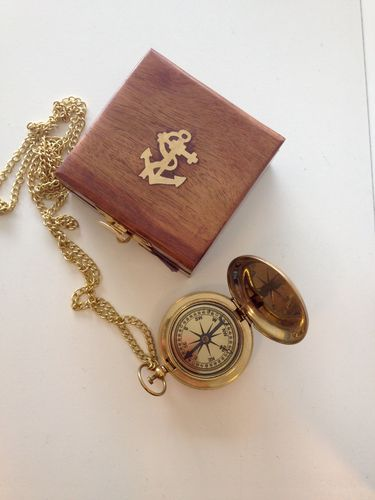 Pocket compass with a chain